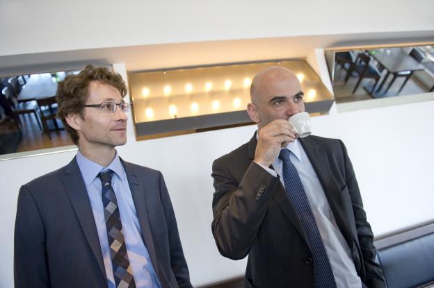 Peter Lauener accompagne le conseiller fédéral Alain Berset partout. Peter Lauener accompagne le conseiller fédéral Alain Berset partout. © Béatrice Devènes.