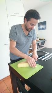 Grégory Corthay prépare à manger pour son fils et lui.